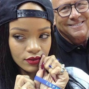 "Rihanna Donates $25,000 To LAPD After ""Selfie"" Accident"