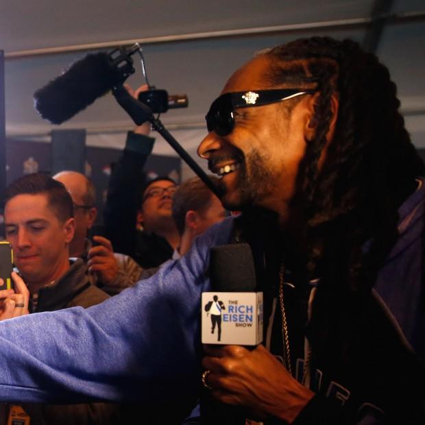 Snoop Dogg Interviews Cam Newton & Peyton Manning During Super Bowl 50 Press Conference