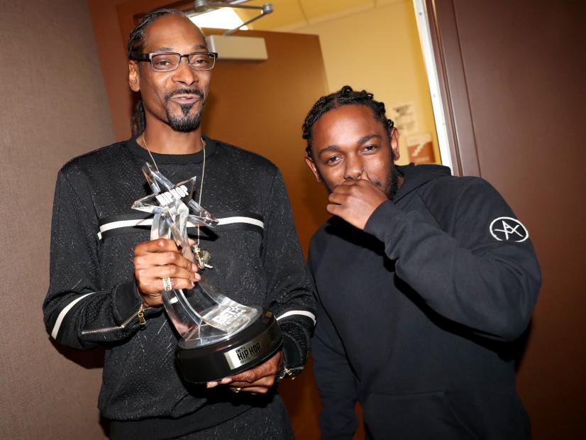 """Kendrick Lamar Presents Snoop Dogg With """"I Am Hip Hop"""" Award At The 2016 BET Hip-Hop Awards"""