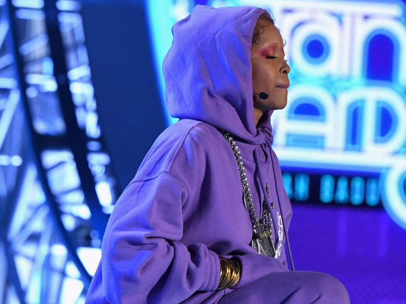 Erykah Badu Takes A Knee In Colin Kaepernick's Honor At 2017 BET Soul Train Awards